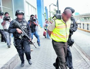 Police agents involved with drug trafficking are detained.