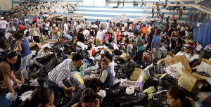 Guayaquil 18 de Abril del 2016 En el Coliceo Abel Jimenez Parra, la GobernaciÛn del Guayas clasificÛ donativos, para enviar a los dannificado del terremoto en ManabÌ  Ronny Zambrano  -----