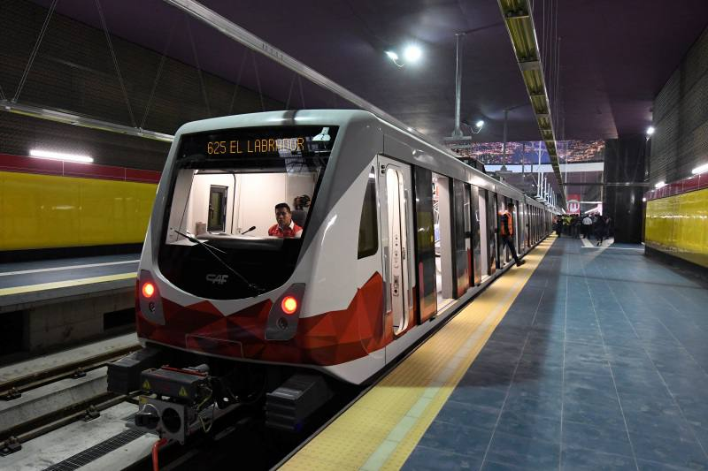 The metro of Quito makes the first test tour with passengers