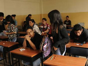 Ecuadorian students take exams