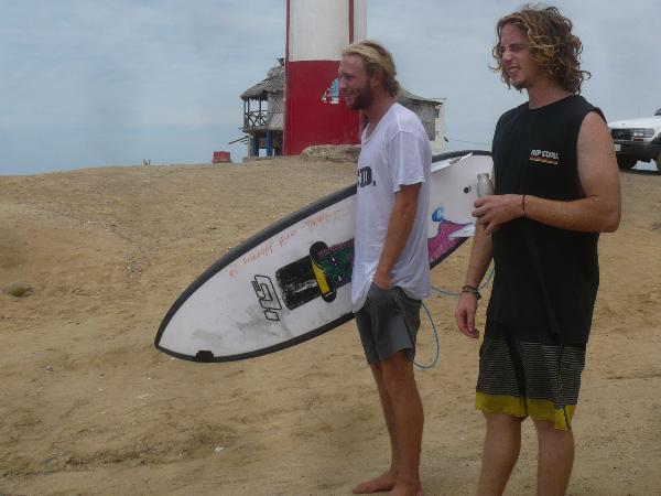 Australian surfers Dat Murray y Scott Lehmnam arrived last week to Playas