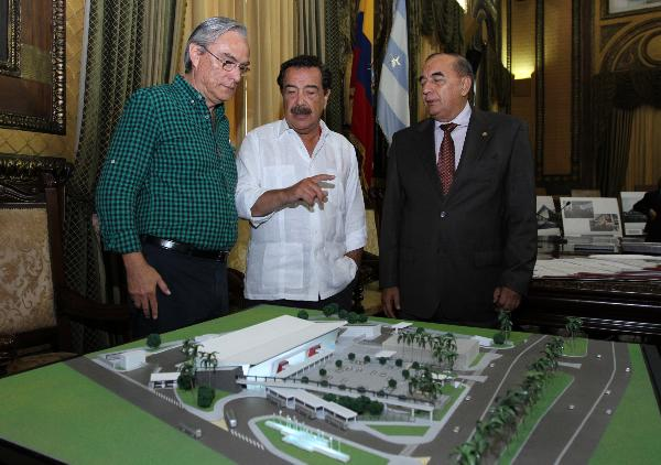 Eduardo Salgado (left) and Jaime Nebot (mid) are talking about the scale model of the termina.