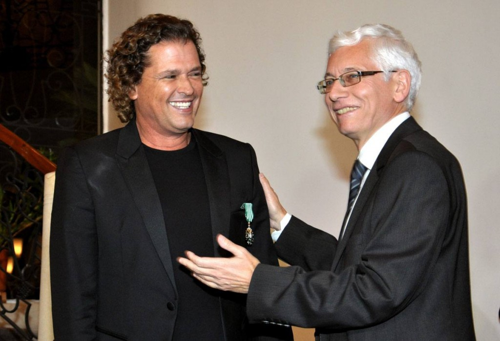 Carlos Vives and French ambassador in Colombia, Jean-Marc Lafort.