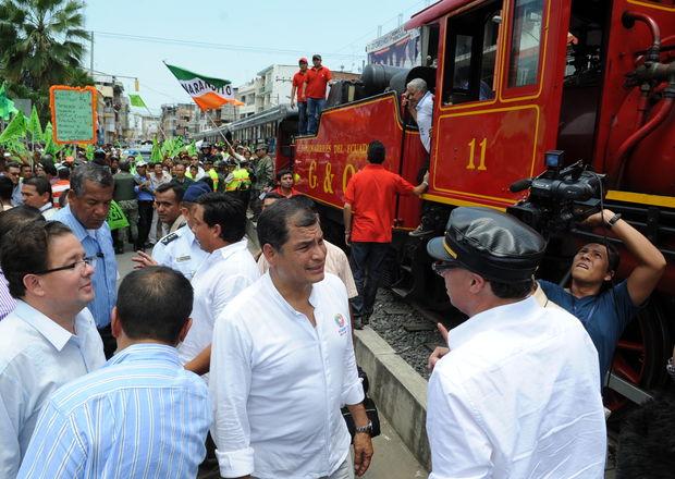 Rafael Correa next to the locomotive.