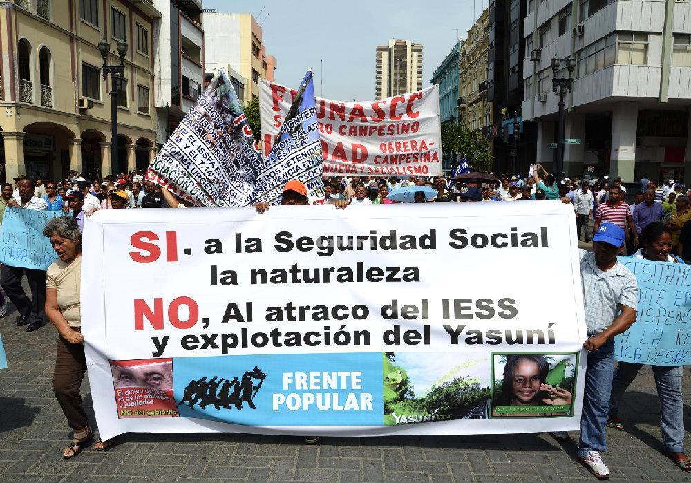 Ecuadorians marching against Resolution 464.