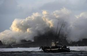 North of Spain on high alert by waves of 17 meters