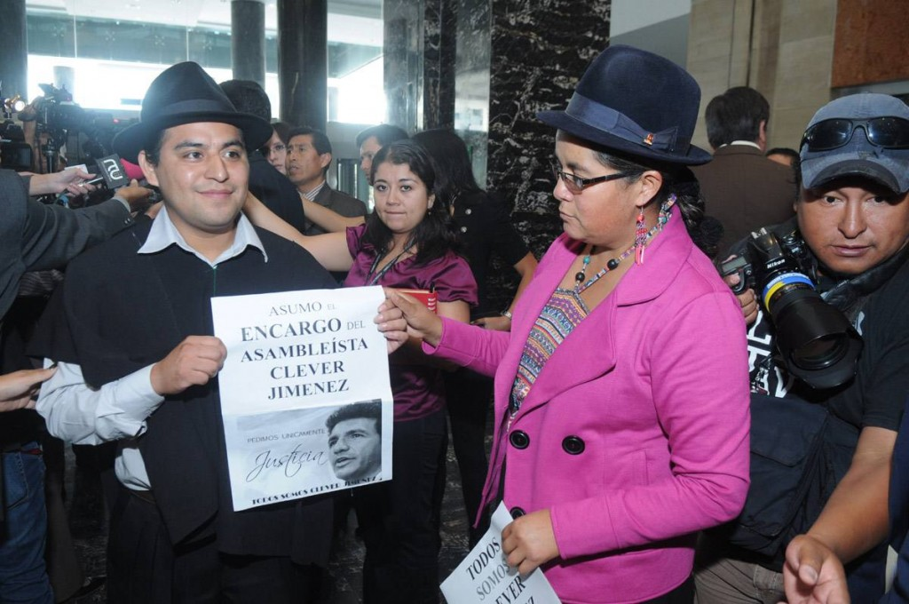 The assembly members of Pachakutik, Milton Gualán (left) and Lourdes Tibán ask for justice in the case of Cléver Jiménez.
