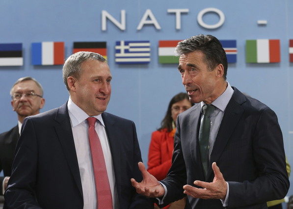 Ukrainian Foreign Minister Andrei Deschitsa (left), talking with the secretary general of NATO, Anders Fogh Rasmussen, on last April 1.