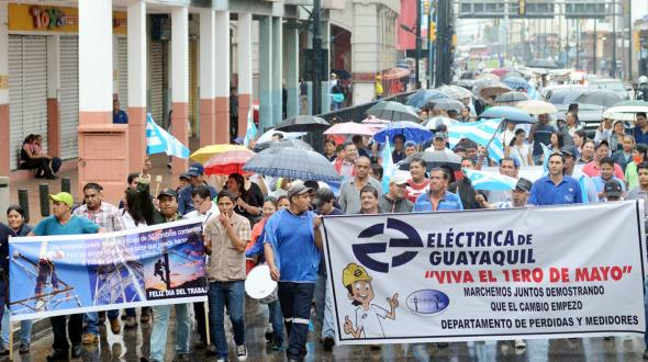 The Electric Company of Guayas, marched in the middle of the rain to commemorate Labour Day.