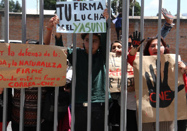 Last April 18, several activists went to the former market of the Armed Forces to protest for the signature verification process along with banners, drums and black painted hands.