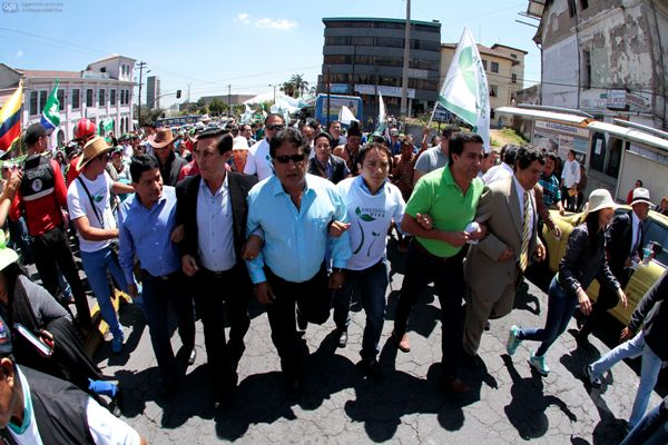 Amazonia Vive leaders march for the government's proposal.