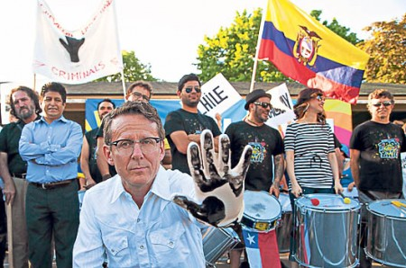 Several representatives of civil society in Canada, who supported Ecuador, showed the dirty hand of Chevron to the attendees.