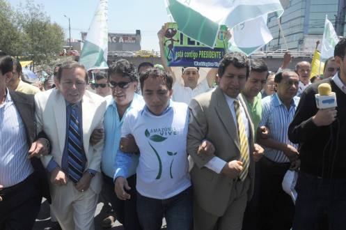 Yoffre Poma (mid) marches wearing an Amazonia Vive T-shirt, along with Amazon mayors in favor of the government's proposition.