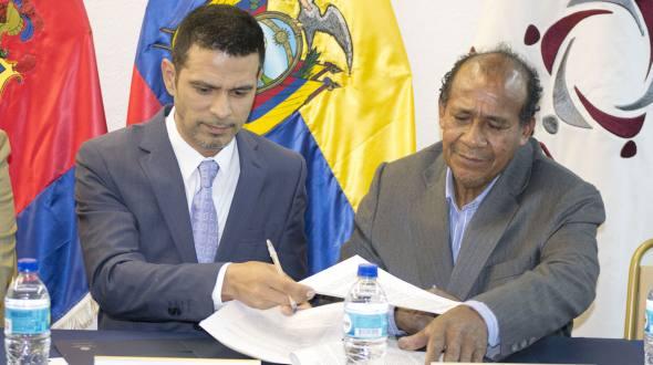 Byron Proaño (left) next to Jorge Minda, for the Asociación de Fundidores del Metal.