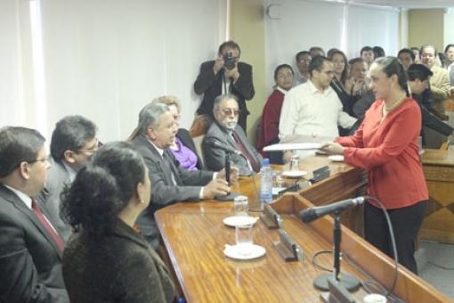 Last June 26, Gabriela Rivadeneira delivered the draft amendments to Manuel Viteri of the CC.