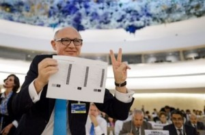 Argentine Foreign Minister Hector Timerman holds result of the vote in the Council. Photo: AFP