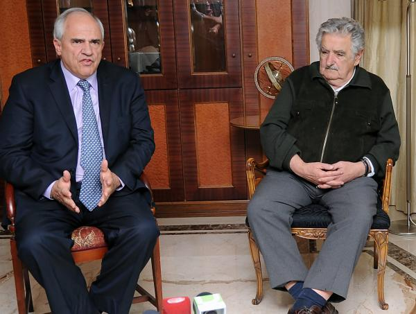 (L to R) UNASUR Secretary General, former Colombian president Ernesto Samper and Uruguay's President Jose Mujica during a meeting in Montevideo on September 20, 2014.
