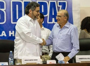 The head of the Colombian delegation Humberto de la Calle (r.) Shakes hands with Cuba diplomat Rodolfo Benitez, in May at Havana. AFP