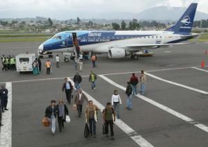 Pasajeros-desembarcan-avion-Tame_LIDIMA20120709_0012_4