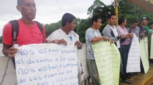 Yesterday, Colombian peasants moved to Ecuador and protested near the border bridge San Miguel, in opposition to the fumigations of coca crops, made by Colombia in Putumayo.