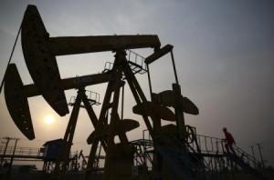 Un trabajador examina una extractora de petróleo en un campo de PetroChina en Panjin