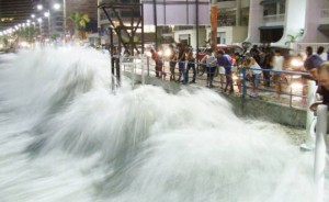 The main street of the resort was flooded due to the heavy swell. (Source: El Universo).