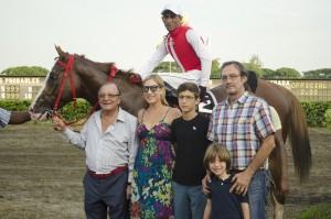 Left to Right: Businessman Álvaro Noboa, his wife Dr. Anabella Azin, his son Santiago, Roberto Ponce and his son Adrián Ponce Estrada. (Behind: jockey José Jurado and Facheng).