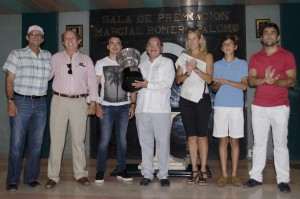Alvaro Noboa holding the cup with his wife,childrens and friends