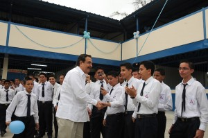 Jaime Nebot, mayor of Guayaquil, with some students. (Source: blog.guayaquil.gob.ec)