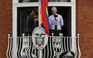 Julian-Assange-en-la-sede-de-la-embajada-de-Ecuador-en-Londres-ecuadortimes-ecuadornews